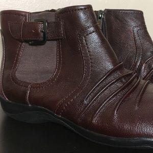 Clark's Artisan - Ankle booties in burgundy NWOT